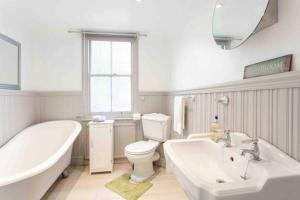 A bathroom at Fisherman's Cottage across from Old Leigh & beach