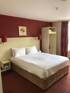 A bed or beds in a room at Stafford South Hatherton Hotel