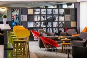The lounge or bar area at Mercure Honfleur