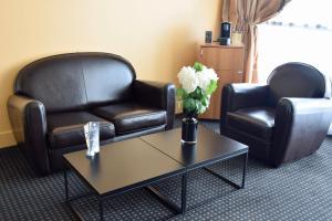 A seating area at Hotel Spa Le Pasino