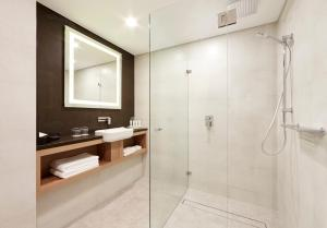 A bathroom at Holiday Inn Darling Harbour