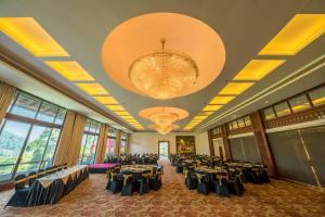 Um restaurante ou outro lugar para comer em Earl's Regent Hotel