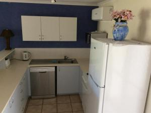 A kitchen or kitchenette at Beach Breakers Resort