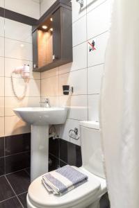 A bathroom at Santa Rosa Hotel & Beach