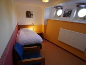 A bed or beds in a room at De Logeerboot Dordrecht