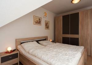 A bed or beds in a room at Haus Eichhörnchen 5a