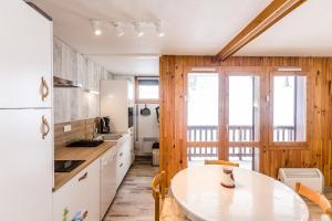A kitchen or kitchenette at Le Chardonnet