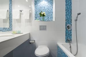 A bathroom at Leonardo Club Tiberias - All Inclusive