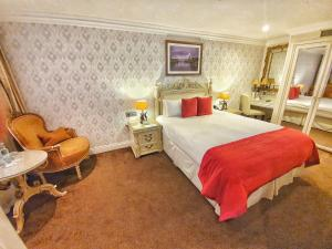 A bed or beds in a room at Ashburn Hotel