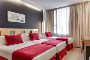 A bed or beds in a room at Ayre Hotel Caspe