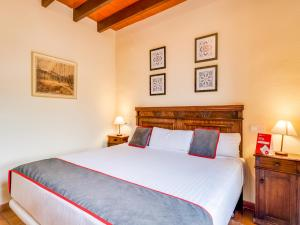 A bed or beds in a room at OYO Hotel Torre San Juan