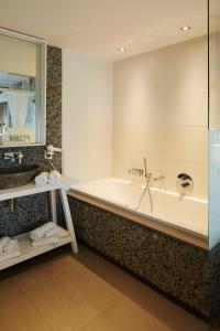 A bathroom at Van der Valk hotel Den Haag Wassenaar
