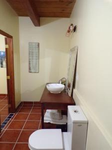 A bathroom at Bamboleo Inn Belize