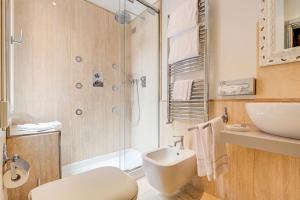 A bathroom at Hotel Antiche Figure