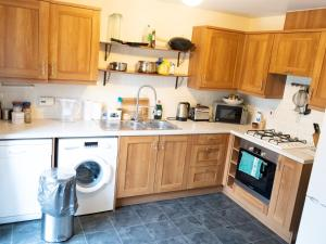 A kitchen or kitchenette at Spacious 3 bedrooms house with a pleasant garden