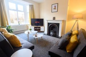 A seating area at Beechwood House, by Tŷ SA - Luxury home perfect for ICC Celtic Manor & Llanfrechfa Hospital