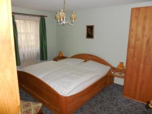 Ein Bett oder Betten in einem Zimmer der Unterkunft Hotel Zum Schwarzen Kreuz