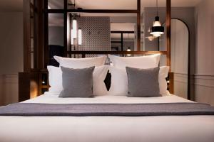 A bed or beds in a room at Hotel Flanelles Paris