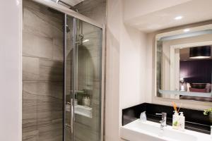 A bathroom at Tweedies Bar and Lodge