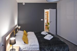 Łóżko lub łóżka w pokoju w obiekcie ApartHotel Gostyń