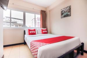 Cama o camas de una habitación en OYO 537 Na Banglampoo Hotel
