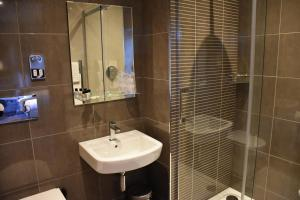A bathroom at Royal Hotel