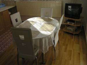 TV a/nebo společenská místnost v ubytování Apartman Trnovec