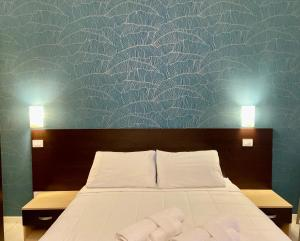 A bed or beds in a room at Residence Acqua Suite Marina