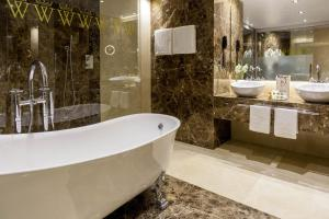 Ett badrum på Wellington Hotel & Spa Madrid