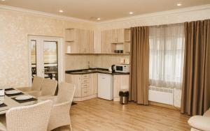 A kitchen or kitchenette at Hotel and Restaurant Complex Lubokray