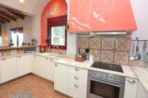Кухня или мини-кухня в Endless Sea - Beachfront, Sea Views, Private Beach
