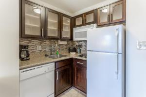 A kitchen or kitchenette at Staybridge Suites Davenport, an IHG hotel