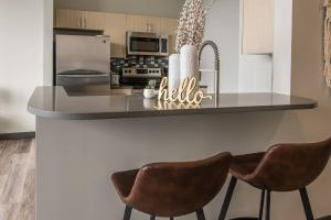 A kitchen or kitchenette at Relaxing 1BR Apt in Downtown