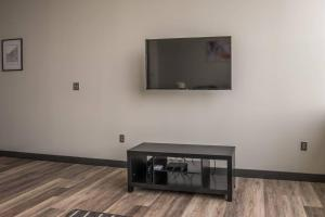 A television and/or entertainment center at Relaxing 1BR Apt in Downtown