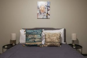 A bed or beds in a room at Relaxing 1BR Apt in Downtown