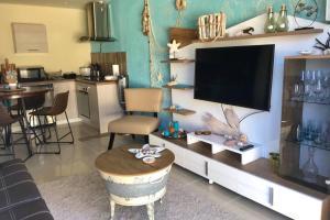 Uma TV ou centro de entretenimento em Urirama