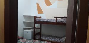 Uma ou mais camas em beliche em um quarto em Pousada Estrela Guia Ubatuba