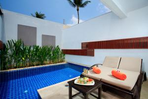 The swimming pool at or close to La Flora Resort Patong