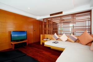 A seating area at La Flora Resort Patong