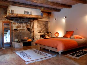 A bed or beds in a room at La Meliere