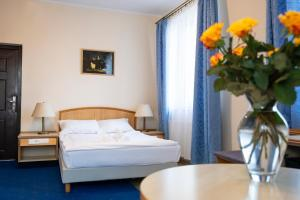 Łóżko lub łóżka w pokoju w obiekcie Hotelik Kopernik