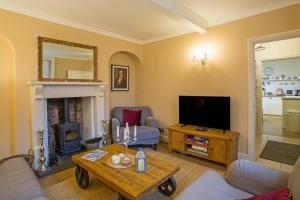 A television and/or entertainment center at Cosy Country Cottage in City Centre