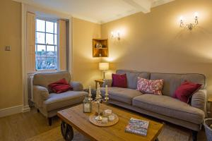 A seating area at Cosy Country Cottage in City Centre