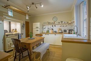 A restaurant or other place to eat at Cosy Country Cottage in City Centre