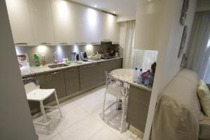 A kitchen or kitchenette at B&B Le France Nice Centre