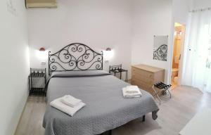 A bed or beds in a room at Lo Nardo Accommodation