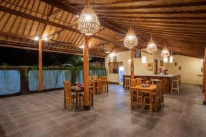 A restaurant or other place to eat at D'Coin Lembongan