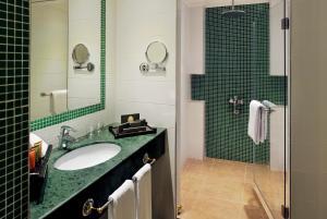 حمام في فندق موڤنبيك الكويت