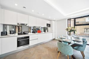 A kitchen or kitchenette at Lux Apartments in Fulham by Dino