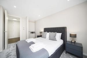A bed or beds in a room at Lux Apartments in Fulham by Dino